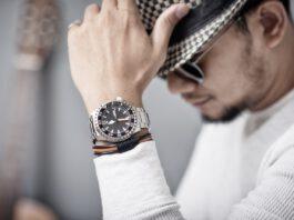 Elegancki mężczyzna z zegarkiem i męską bransoletką